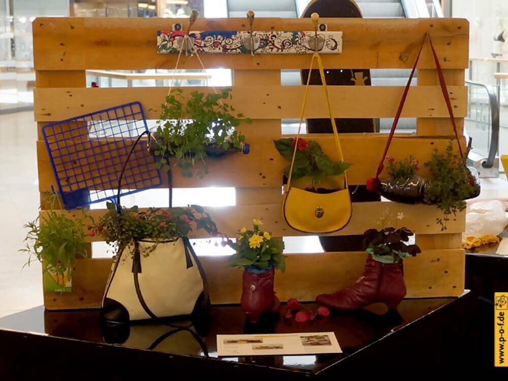 upcycling Ausstellung 2016 - Exponate Bepflanzungen, Garderobe